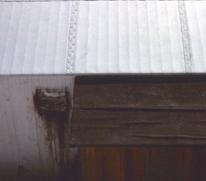 Breeze roof with flashing seams